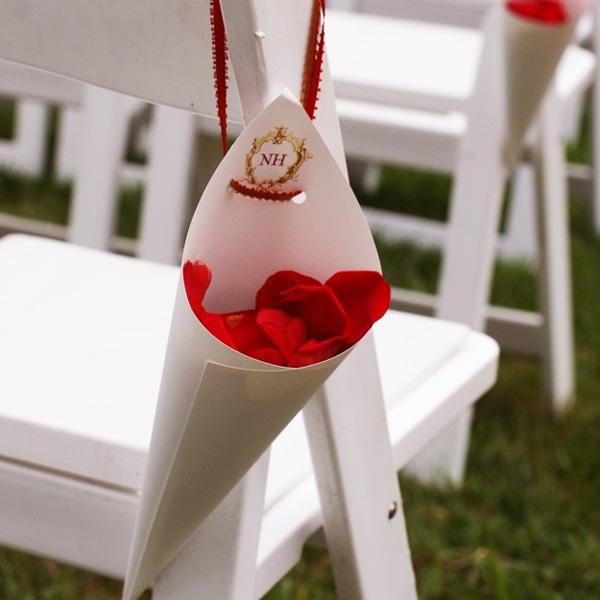Trang trí ghế ngồi của khách với một dây hoa treo có tên cô dâu chú rể.
