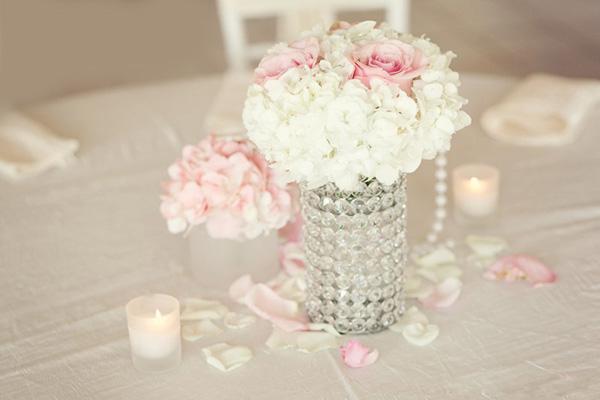 """Nến và hoa là """"bộ đôi"""" không thể thiếu."""