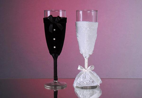Trang trí ly rượu với hình ảnh tượng trưng cô dâu chú rể.