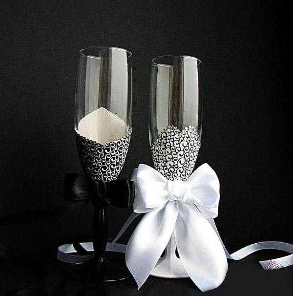 Sử dụng dây ruy răng và giấy để trang trí cho cặp ly rượu ý nghĩa này.