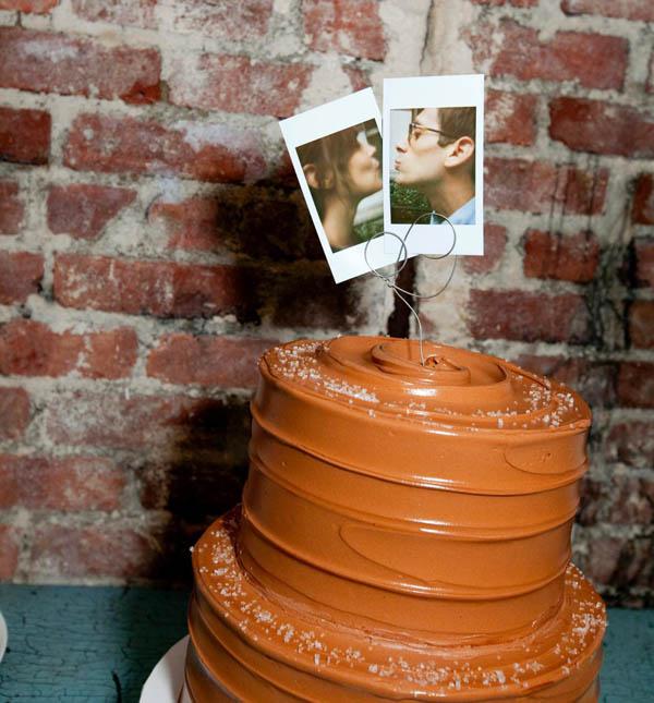 Hình chú rể và cô dâu trông dễ thương trên bánh cưới.