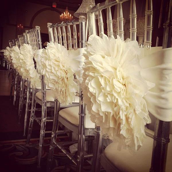 Có thể sử dụng các loại bảng tên cách điệu, hoa, vòng nguyệt quế hay lụa mềm mại để trang trí.
